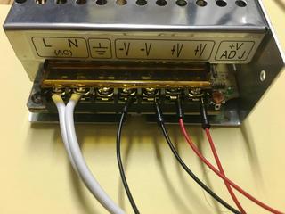 スイッチング電源にジャンプワイヤを接続した
